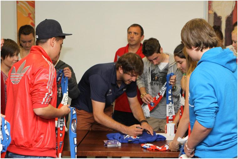 alle Teilnehmer erhalten nach den Präsentationen und der Siegerehrung Autogramme vom Adler-Spieler Marc El Sayed